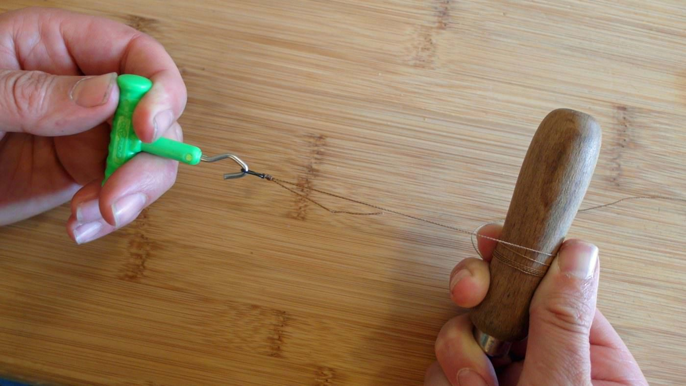 how-to-tighten-and-test-a leader knot for carp fishing