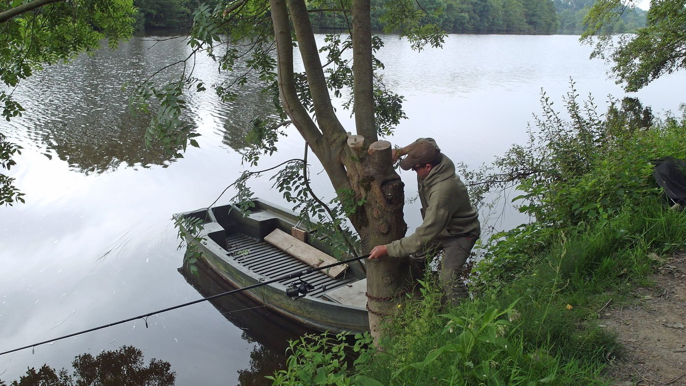 Fishing-on-the-river-for-carp-with-snags