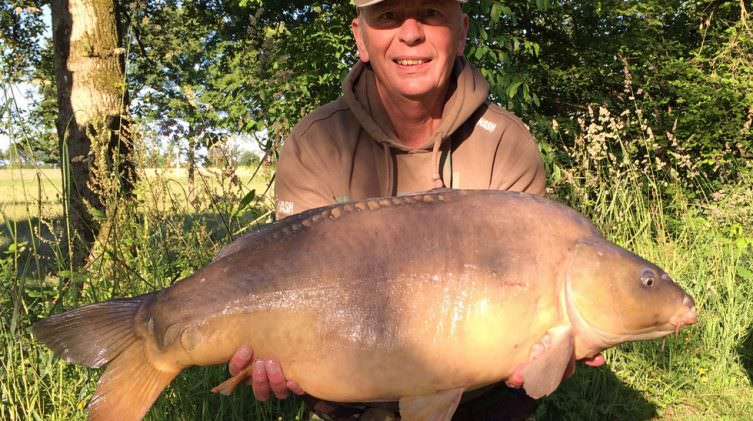 Peter-with-Mr-Angry-a-mirror-carp-of-31lbs-14oz