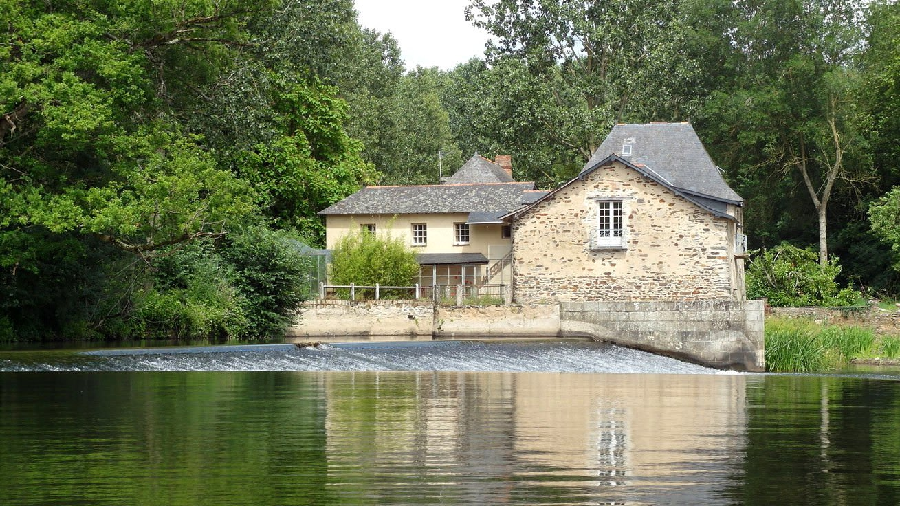The-beautiful-Mayenne-river-france