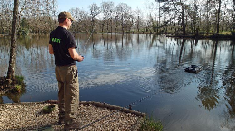 using-bait-boat-for-carp-fishing