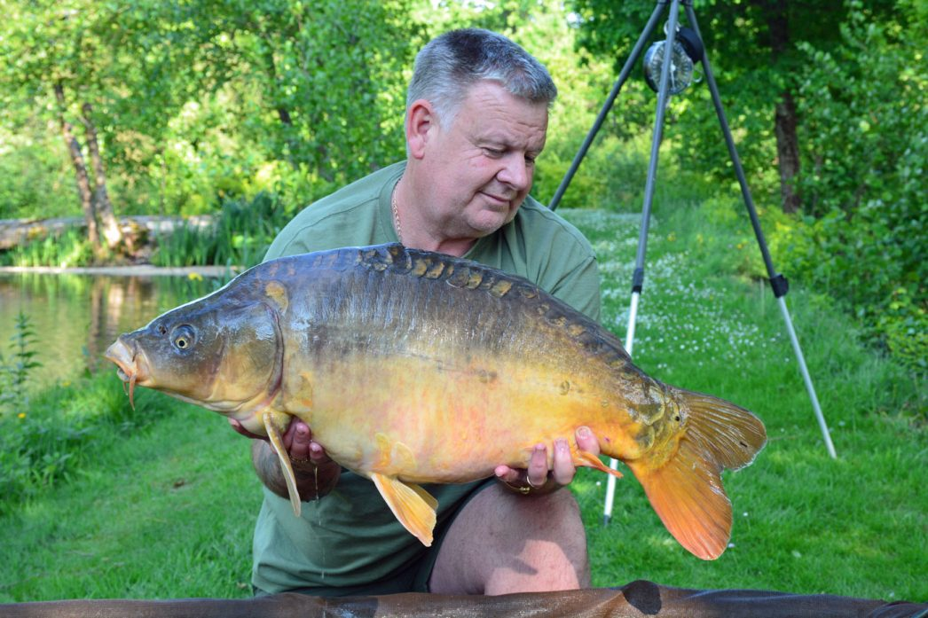 Tony with a 27lbs 7oz mirror mirror carp france