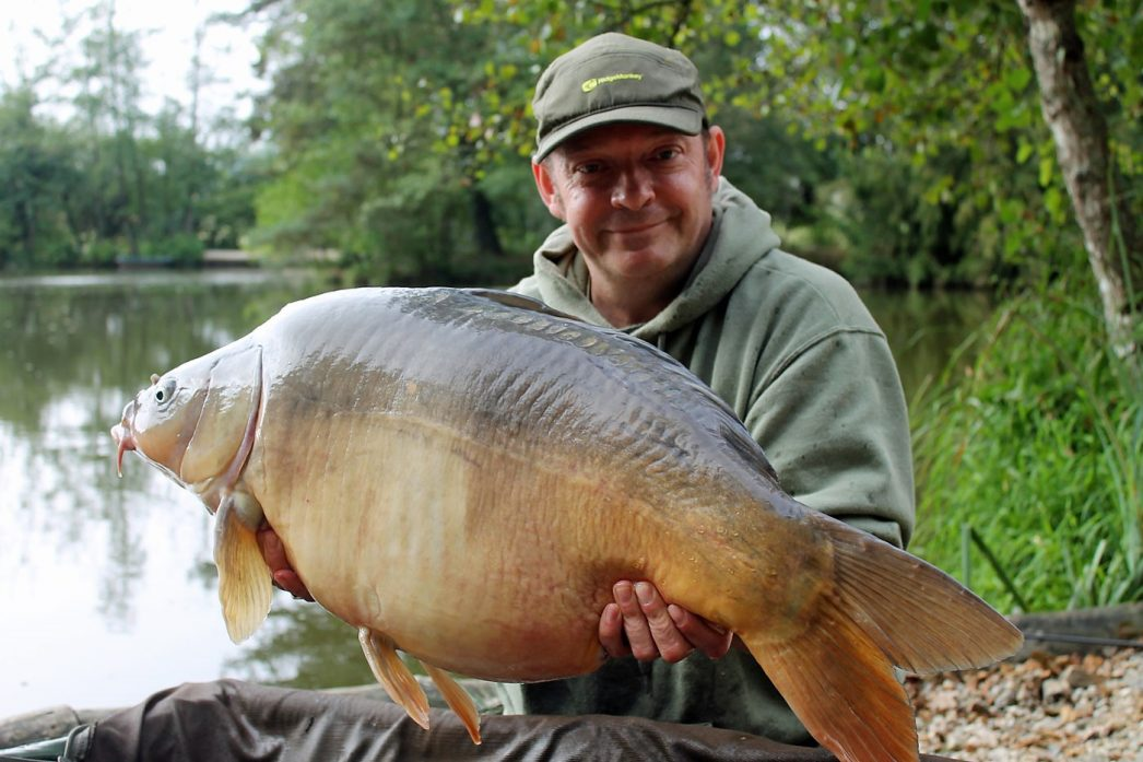 Rob with Early Grey at 33lbs 12oz_b