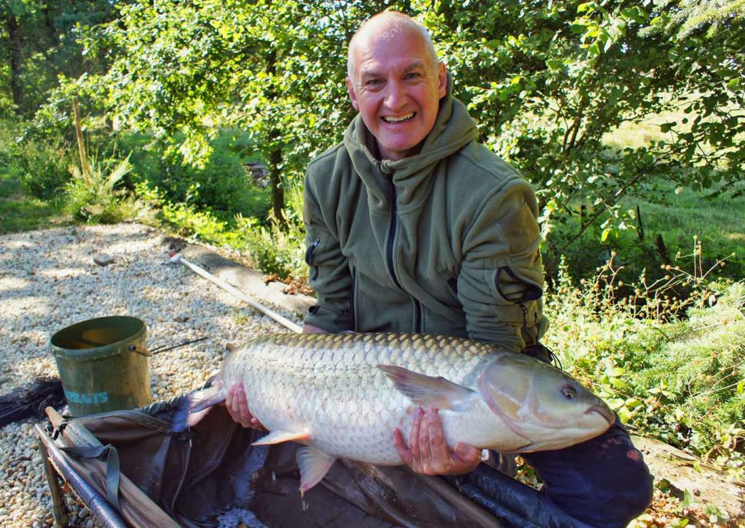 angler with a lake record grass carp of 43lbs in france